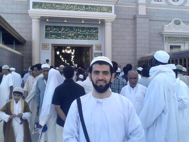 خالد صافي أمام باب البقيع في المدينة المنورة