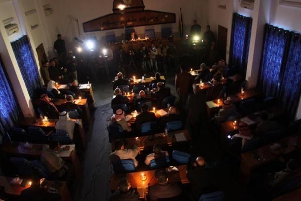 جلسة نقاش المجلس التشريعي على ضوء الشموع بغزة