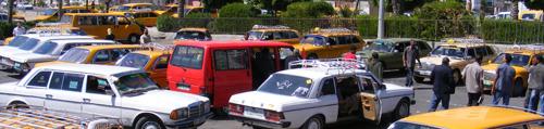 الكثير من سيارات الأجرة تقف بانتظار دورها لرحلة في اليوم أو اثنتين على الأكثر