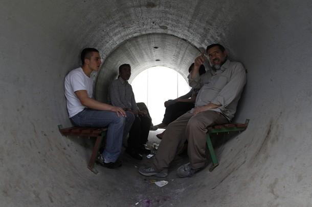 مجموعة من المستوطنين في كتل إسمنتية هرباً من صواريخ المقاومة