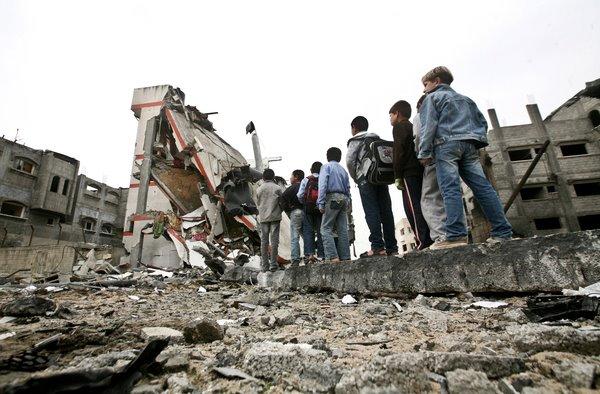 أطفال المدرسة أمام بقايا مدرستهم